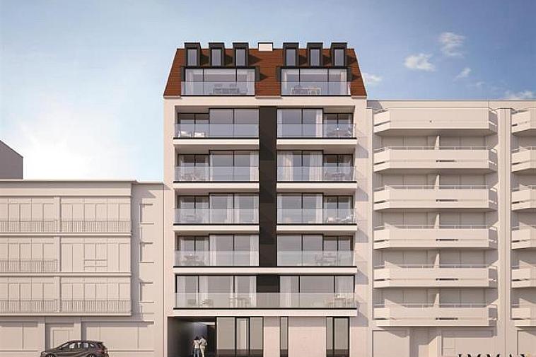 Nieuwbouwproject 'Toronto' geniet een opvallende, moderne architectuur. De appartementen zijn erg lumineus en beschikken over brede gevels en zuidgerichte zonneterrassen. Uitstekend gelegen in een laan parallel met de zeedijk in op enkele passen van het strand en het Rubensplein te Knokke.  De appartementen hebben een hoogwaardige, duurzame afwerking en worden gebouwd met traditionele kwaliteitsmaterialen.  Indeling van dit appartement: inkomhal met vestiaire en apart toilet, ruime leefruimte met salon uitgevend op een zonneterras, eetplaats, open keuken met berging, 2 ruime slaapkamers, 1 met dressing en volwaardige badkamer en 1 met douchekamer. De 2 slaapkamers geven uit op een terras aan de achterzijde van de residentie. Fietsenberging en kelderberging voorzien in de residentie. Mogelijkheid tot aankoop van een garage of staanplaats in de residentie.  De ligging, het planconcept, de onmiddellijke nabijheid van het geanimeerde centrum van Knokke en de Noordzee maken van dit project een prima belegging aan onze Belgische kust.  Plannen en gedetailleerd lastenboek op kantoor. 100 % voltooiïngswaarborg.