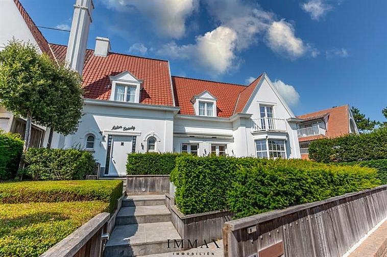 Koppelvilla gelegen op enkele passen van het Albertstrand-Rubensplein. Luxueuze afwerking! Indeling: inkomhall met gastentoilet en vestiaire. Moderne keuken met ruime woonkamer, uitgerust met een gashaard en airco, uitgevend op de tuin. De zuidgerichte tuin beschikt over een groot terras aanpalend aan de tuin. Aan de zuidkant van de woning bevindt zich een verhard zonneterras.  Ruime oprit (staanplaats voor 3 wagens) + ruime ondergrondse garagebox.   Op de bovenverdieping: volwaardige slaapkamer (dubbel bed) en ingemaakte kasten, afzonderlijke douchekamer (douche, toilet, lavabo).  Grote masterbedroom uitgevend op de tuin (dubbel bed en ingemaakte kasten met extra ruimte die dienst kan doen als bureauruimte/dressing). Deze slaapkamer beschikt over een eigen badkamer (ligbad, inloopdouche, toilet en lavabo's).  Op de tweede verdieping: slaapkamer met eigen badkamer.   Het huis is onderkelderd, bergruimte, wasplaats met aansluiting voor wasmachine- en droogkast.  Ruime garage met automatische poort. Waterverzachter. Alarminstallatie. Rolluiken aanwezig. Overal LED-verlichting. Alle kamers in de woning zijn uitgerust met airconditioning (Daikin).   Aarzel niet om ons te contacteren via tel. : 050 62 44 14 of via info@immax.be