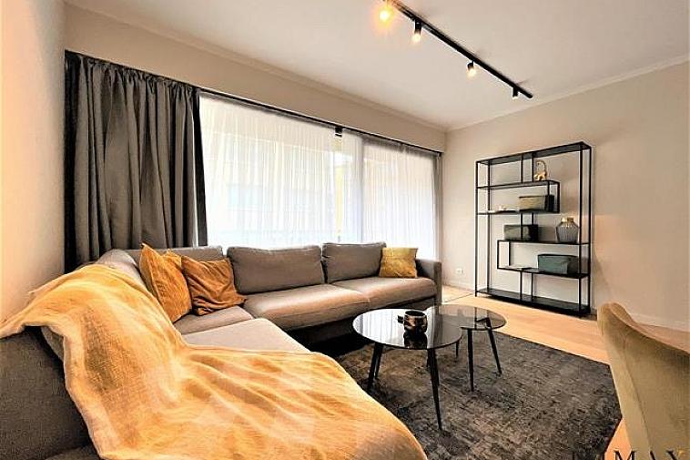Mooi gerenoveerd gemeubeld appartement met 2 slaapkamers gelegen dichtbij het Van Bunnenplein in Knokke. Indeling: inkom met vestiaire en toilet, mooie ingerichte keuken met alle toestellen aansluitend een woonkamer met veel lichtinval die toegang heeft tot het terras. Er is een grote ruime slaapkamer, een kleinere slaapkamer en een luxueuze afgewerkte badkamer.  Aarzel niet om ons te contacteren via tel. : 050 62 44 14 of via knokke@immax.be
