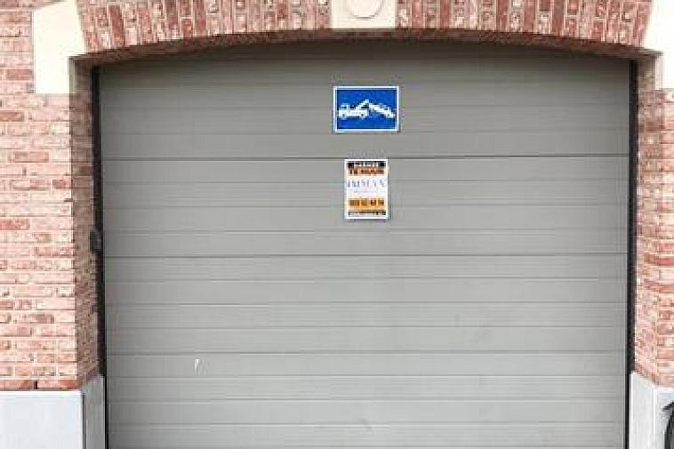 Uitstekend gelegen staanplaats te huur in de Piers de Raveschootlaan te Knokke. Vlakbij de Lippenslaan en het commercieel centrum. Makkelijk bereikbaar, gelegen op het gelijkvloers. Afmeting:2,5m x 5,10m  Prijs in jaarverhuur: €130/maand.   Aarzel niet om  ons te contacteren voor meer info:  tel.: 050 62 44 14 of via knokke@immax.be